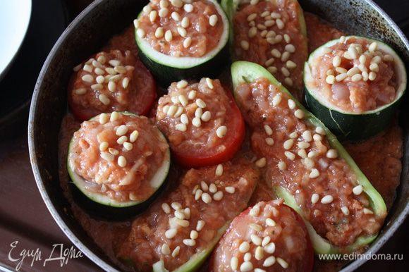 Соус посолите,поперчите. Овощи наполните фаршем и выложите в соус. Сверху на овощи посыпьте кедровые орешки и поставьте в разогретую до 200 духовку на 1 час, первые 30 минут прикрыв фольгой.Я запекаю обычно в двух формах)