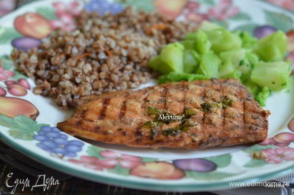 Приготовим гриль,бройл или духовку. Поставим рыбу. Готовим 15- 20 мин. Смажем по желанию маринадом и подаем к столу. Приятного аппетита.
