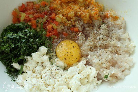 Приготовим фарш: репчатый лук нарезать полукольцами, морковь натереть на крупной терке и слегка обжарить на растительном масле, остудить. У болгарского перца удалить семена, нарезать мелким кубиком. Рыбное филе пропустить через мясорубку вместе с остывшим луком и морковью, добавить яйцо, творог, зелень, болгарский перец, посолить, поперчить,