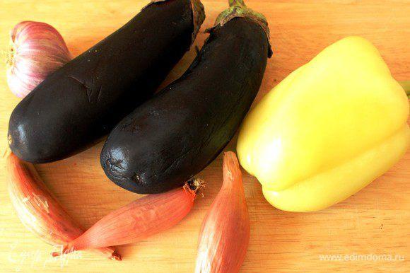 Набор овощей может варьироваться в зависимости от времени года... Это могут быть кабачки, грибы, кукуруза, помидоры и другие овощи... У меня сегодня баклажан, болгарский перец, чеснок и лук-шалот... Овощи хорошо помыть и обсушить...