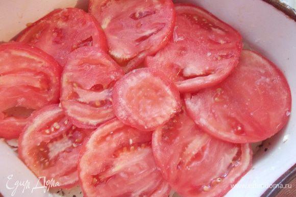 Сверху выкладываем порезанные кольцами помидоры.