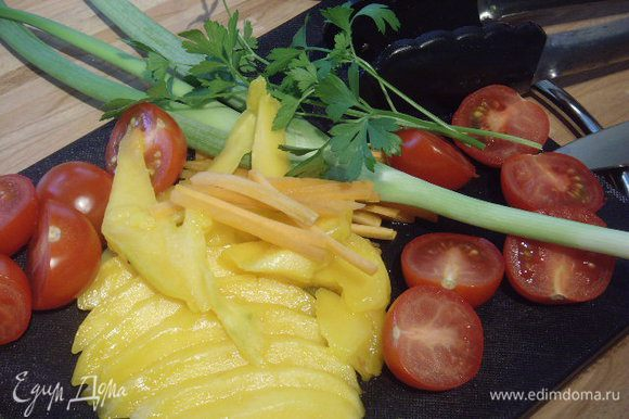 Оставшееся манго, морковь, помидоры добавить к кролику, когда соус достаточно выпарится и приобретет шелковистую структуру.