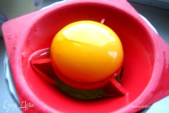 Готовим тесто: отделяем желтки от белков.