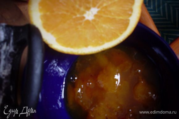 Замочить желатин в пластинках на 10 минут, отжать и подогреть в микроволновке до растворения желатина. Смешать варенье с апельсиновым соком с мякотью. Взбить сливки до мягких пиков, добавить к ним маскарпоне по частям, продолжая взбивать. Ложкой перемешать с сахарной пудрой. Нарезать зефир, добавить к нему сливки и прогреть в микроволновке. Смешать вареную сгущенку с молоком. Во все начинки добавить теплый желатин. Начать собирать торт. Промазать нижний корж абрикосовой пропиткой, выложить второй корж, на него сливочную начинку и сложить в холодильник на 30 минут. Сверху выложить зефирную начинку, подождать пока застынет. Сверху аккуратно чайной ложкой распределить желе из вареной сгущенки (если к этому времени застынет, немного подогреть в микроволновке).