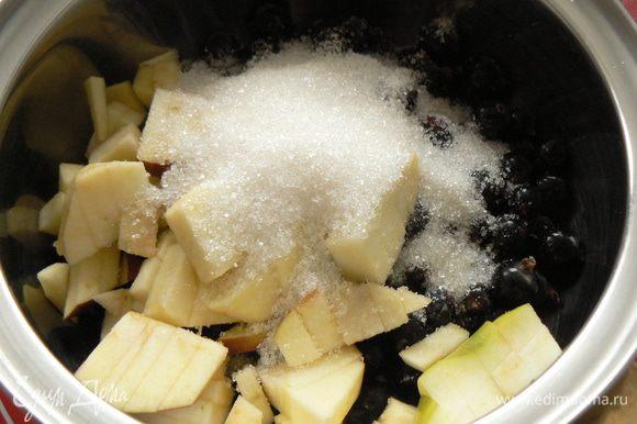 Ягоды и яблоки положить в ковш, засыпать сахаром и немного подавить до появления сока.