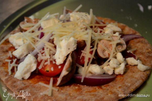 Выложить все перечисленные порезанные овощи и др. Посыпать сверху тертым Пармезаном. Поставить в духовку 180 гр. на 12 мин.