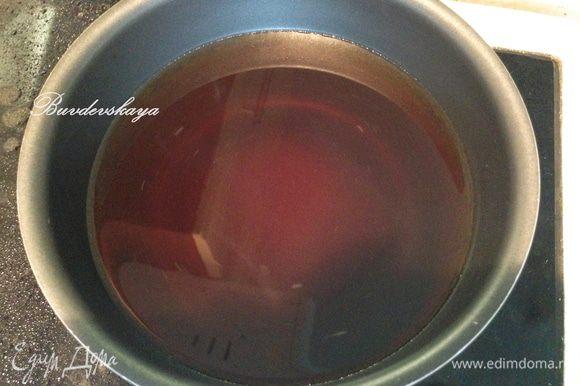 Сварить сироп: насыпать сахар в кастрюлю, залить питьевой водой и варить на среднем огне, постоянно помешивая до полного растворения сахара. Не доводить до кипения. Снять с огня и остудить.