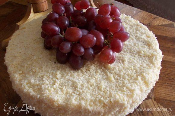 Утром достаем из холодильника, с помощью ножа освобождаем от формы. Трем на терке белый шоколад и щедро посыпаем торт. Украсить фруктами или ягодами по желанию. Друзья, всем приятного аппетита!!!!!