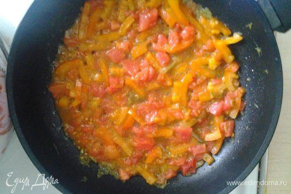 Обжариваем нарезанный перец, добавляем спелый помидор (можно томатную пасту), чеснок.