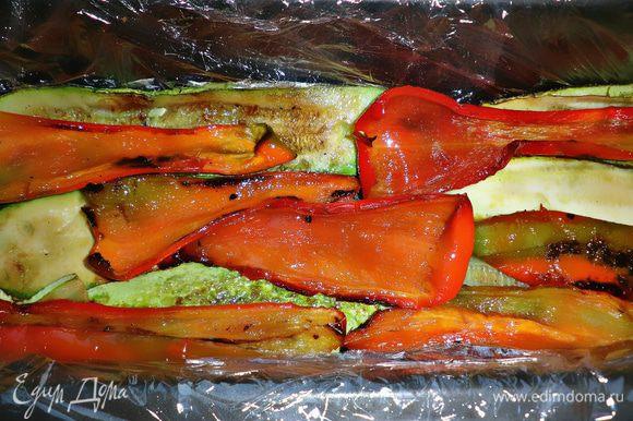 Форму для выпекания (лучше использовать форму для кекса) покрыть пищевой плёнкой. Овощи выкладывать слоями: кабачки - перец - морковь с луком и помидором...