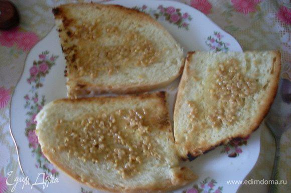 Смазать хлеб горчицей.