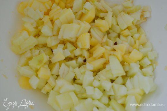 Яблоки почистить и нарезать на маленькие кубики. Сбрызнуть лимонным соком