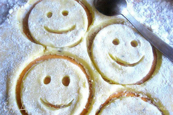 Чайной ложкой намечаем улыбку,слегка раздвинув тесто,чтобы был просвет)))