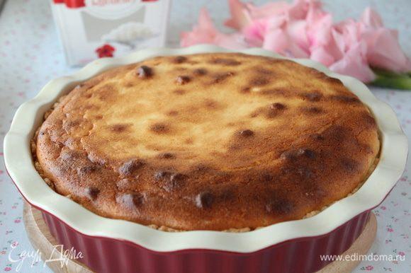 Достаем готовый пирог из духовки.Из духовки он будет высоким, затем немного осядет. Остужаем.