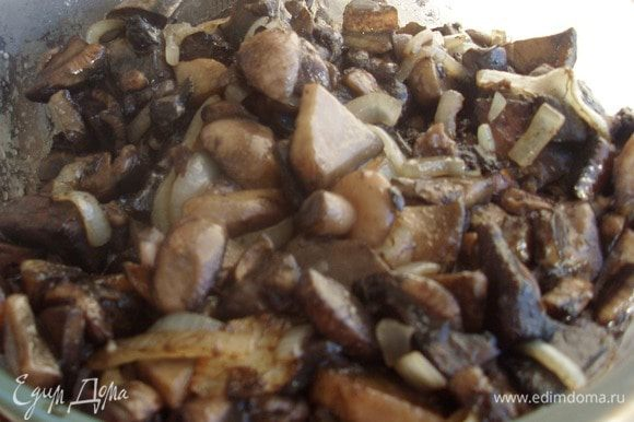 Когда лук готов - они готовы. Остужаем и замораживаем в пакетах - всего получается 800 - 900 мл грибов, а если замораживать сырыми - 2 литра - разница существенная.