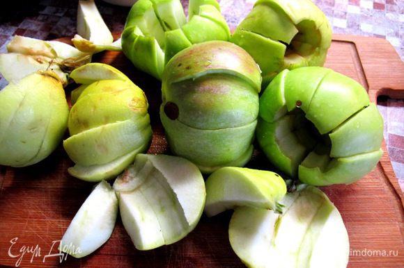 Яблоки нарежьте на дольки.