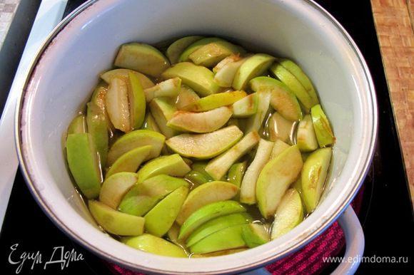 Из воды, 50 грамм сахара и сока лимона приготовьте сироп, и в течение 5 минут проварите в нем яблоки. Затем слейте сироп, и оставьте яблоки остывать. Желатин залейте водой и оставьте набухать.