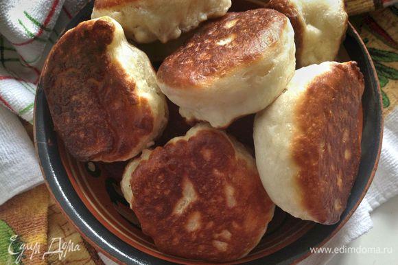 Подавать готовые оладьи с джемом, вареньем, медом или сметаной... Приятного чаепития!:)