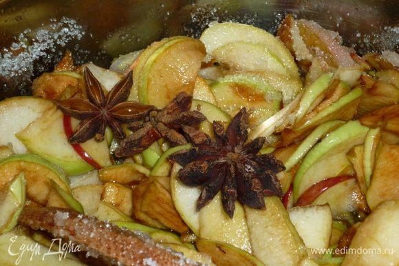 анис...его можно добавлять и в начале варки, и в конце. райский аромат. можно добавить любые цитрусовые, порезанные тонкими колечками, или просто цедру