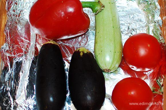 Овощи помыть, высушить, сделать вилкой проколы, запечь в духовке - 45-60 мин.