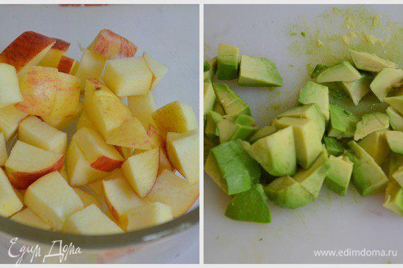 Авокадо и яблоко порезать кубиками.