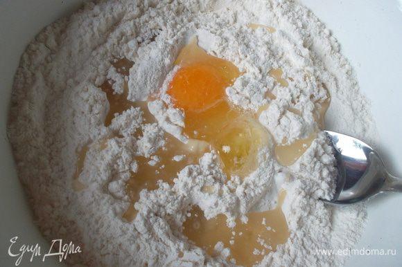 Просеять муку, добавить соль и соду, молоко, яйца, 4 ст. л. оливкового масла и перемешать...