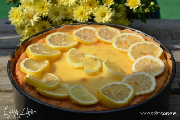Выложить дополнительно 1 стакан лимонного курда. Дать постоять. Затем дольки лимона.
