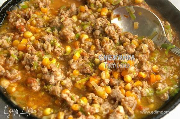 Добавляем фарш, помешивая, держим на огне 5 минут. Помидор разрезаем пополам и натираем на терке со стороны среза, таким образом кожица остаётся и получается по типу томатного пюре. Добавляем в сковороду кукурузу и томатное пюре.