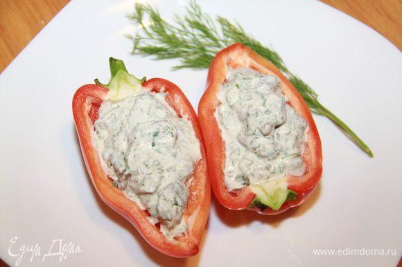 Перцы разрезать пополам, очистить от семян и перегородок. Наполнить каждую половинку мясом с соусом. Можно есть!