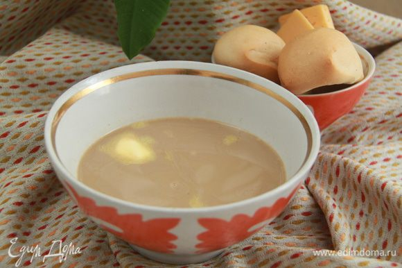 Подавать в больших пиалах, с кусочком сливочного масла. К калмыцкому чаю обычно подают брынзу/солёный сыр и баурсаки (пончики из дрожжевого или пресного теста). Употреблять джомбу принято утром на завтрак или на поздний ужин.
