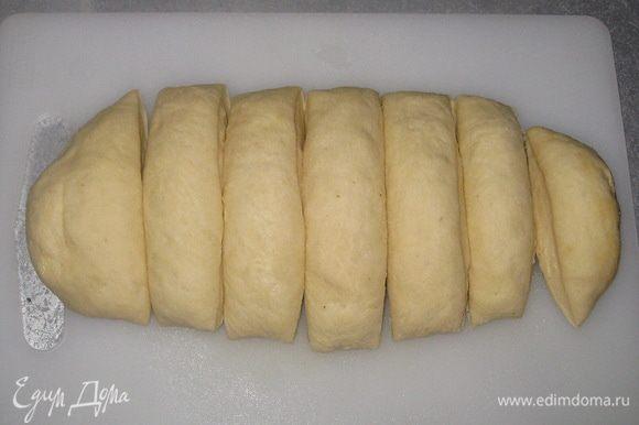 Сформировать форму булки и разрезать тесто на 7 частей.