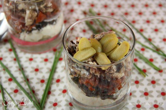 В стаканы или креманки выкладываем наш салат слоями: козий сыр - маслины - вяленые томаты - сардины. Украшаем оливками. Перед подачей можно его поставить на некоторое время в холодильник. Приятного аппетита))