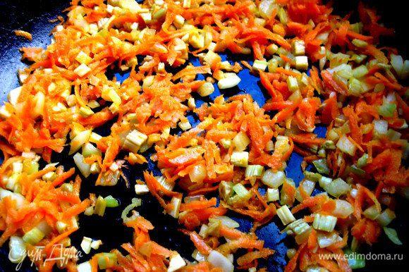 Обжарим лук, чеснок и морковь на растительном масле.