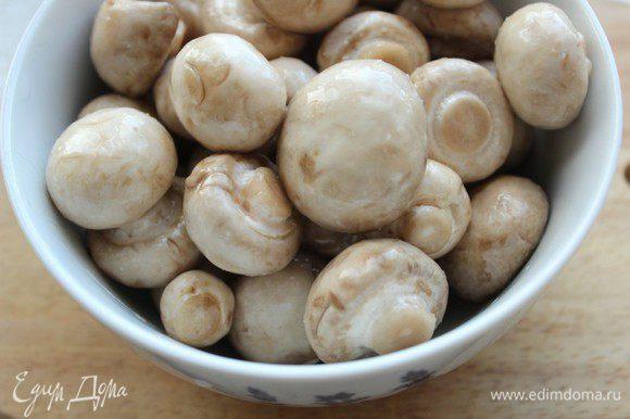 Грибы помыть, сбрызнуть оливковым маслом и посолить.