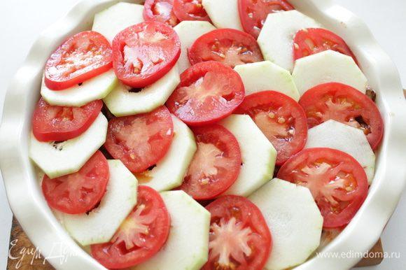 Нарезанные шайбами кабачки и помидоры.