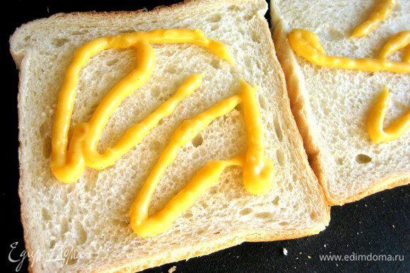 Промазываем два нижних ломтика таким соусом (или сладкой горчицей).