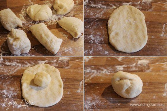 Тесто и начинку разделить на 6 частей, начинку удобней скатать в шарики. Каждый кусочек теста раскатать в лепёшку. На середину лепёшки выложить начинку, собрать края теста над начинкой и хорошо их слепить. Перевернуть колобок швом вниз и отложить на 5-7 минут и тем временем начинить остальные булочки.