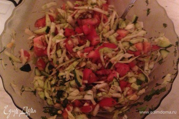 Добавляем кедровые орешки, бальзамический уксус (чайную ложку), оливковое масло и тщательно перемешиваем! Салат готов, приятного аппетита!
