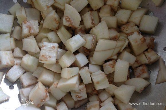 Баклажаны вымыть,порезать кубиками,посолить и оставить на 15 минут (для выхода горечи).