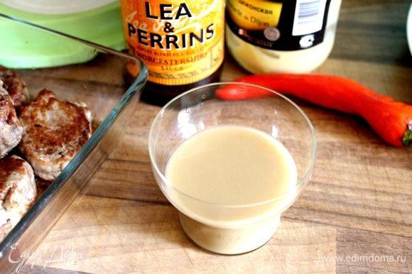 Все ингредиенты заправки, кроме перца, влить в небольшую баночку. Накрыть банку крышкой и хорошо взболтать. Добавить измельчённый перец чили в заправку.