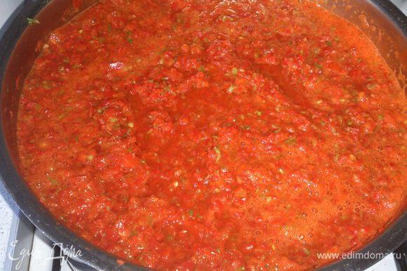 Стебли очень мелко нарезать и всыпать в кастрюлю с овощами. Поставить кастрюлю на огонь и варить 40 минут на медленном огне. Постоянно мешать, чтобы не пригорело.