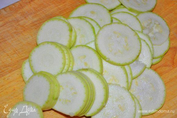 Нагреть духовку до 200 С, Кабачок вымыть и нарезать кружочками и обжарить в 1 ст.л. растительного или оливкового масла.