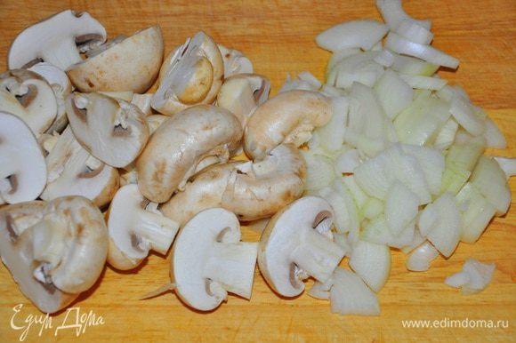 Грибы поделить пополам или нарезать пластинками, луковицу порубить, обжарить все на оливковом масле до мягкости.