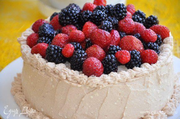 Украсить торт (тут уже дело вкуса), я например украсила ягодами, и посыпала их пудрой.