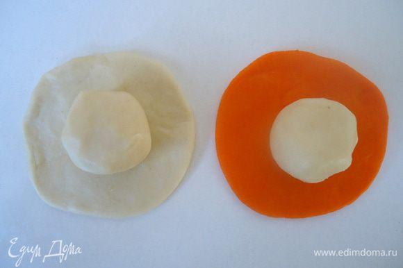 Из белого и цветного теста №1 раскатать круглые лепешки, на них положить по кусочку теста №2.