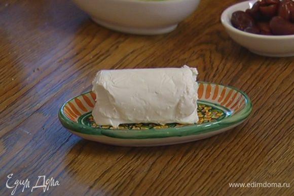 Козий сыр поломать руками на небольшие кусочки.