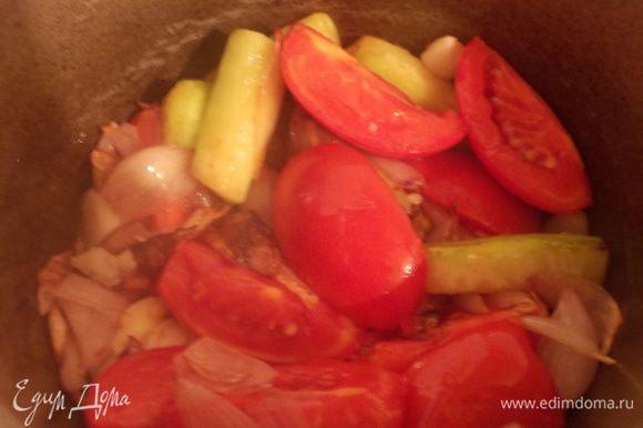 Затем добавляем помидоры, кабачок и раздавленный чеснок, на сильном огне обжариваем, чтобы выкипел весь сок.