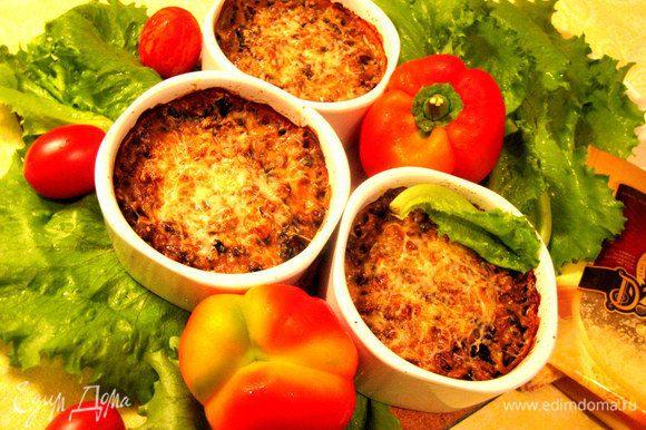 Подаём горячим с зеленью и свежими овощами.