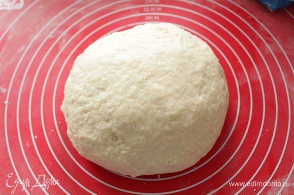 Замесить мягкое, эластичное тесто. Поставить на 1 час в тепло.
