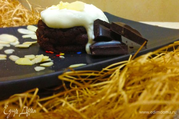 Выложить фондан на блюдо, сверху выложить сливки, посыпать миндальными лепестками. Для красивой сервировки можно выложить поломанный шоколад. Приятного аппетита!!!